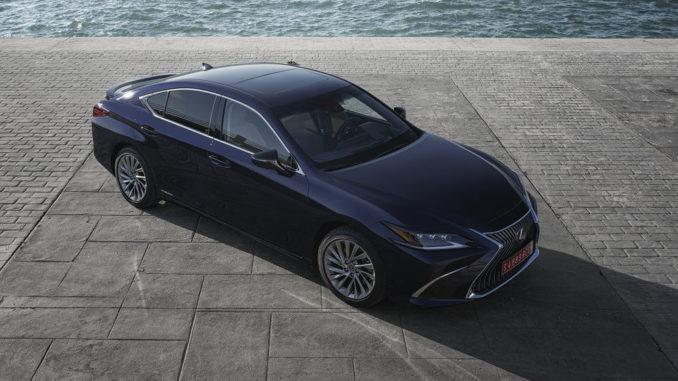 Ein blauer Lexus ES steht 2018 auf einer Hafenmole.