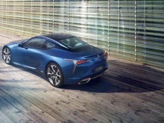 Ein blauer Lexus LC 500h steht 2017 auf einem Holzsteg.