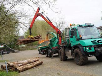 Baumstämme mit bis zu 65 cm Durchmesser werden hier zu Kleinholz gemacht, als wären es Mikadostäbchen. Sascha Voß sitzt dazu im Führerstand seines Krans, der auf seinem Unimog U 530 montiert ist.