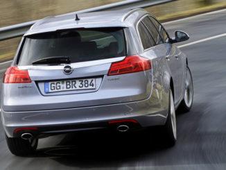 Ein silberner Opel Insignia Sports Tourer fährt um eine Kurve.