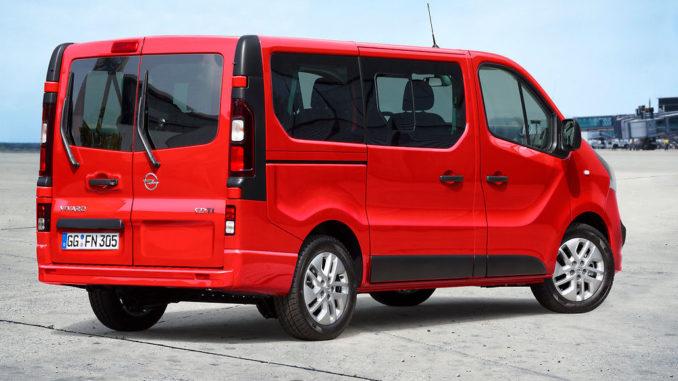 Ein roter Opel Vivaro B Combi steht 2014 auf einer asphaltierten Fläche.