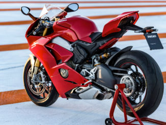 Eine rote Ducati Panigale V4 S steht 2018 auf der Rennstrecke von Valencia.