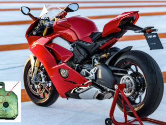 Eine rote Ducati Panigale V4 S steht 2018 auf der Rennstrecke von Valencia. Eingeklinkt links unten: Ein Bremsbelag des Brembo-Zulieferers Federla Mogul mit der Losnummer 672.