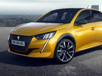 Ein goldgelber Peugeot 208 der zweiten Generation steht 2019 vor einer Skyline.
