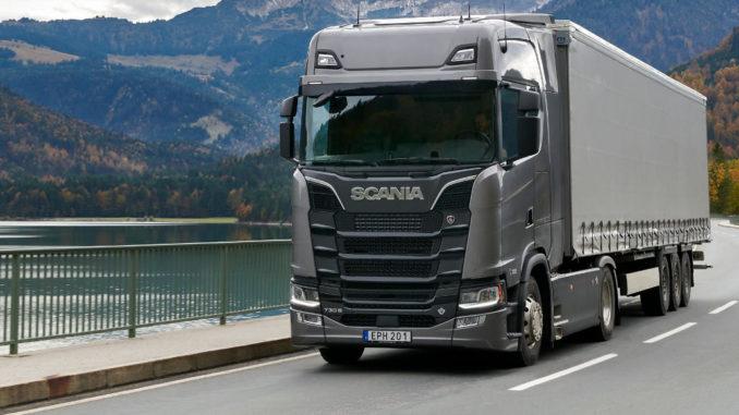 Ein grauer Scania 730 S 4x2 fährt 2018 am Sylvensteinspeicher in der Nähe von München entlang.