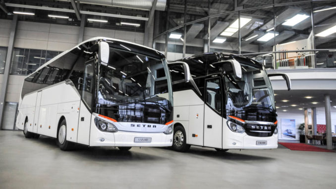Setra ComfortClass 500 und TopClass 500 (S 515 HD und S 516 HDH) in weißer Farbe stehen nebeneinander in einer Halle.