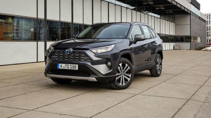 Ein blauer Toyota RAV4 steht 2019 vor Garagentoren.