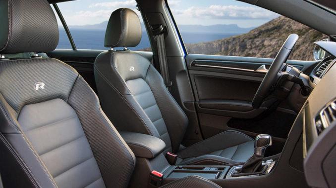 Innenraum eines VW Golf R mit Sportsitzen vorn.