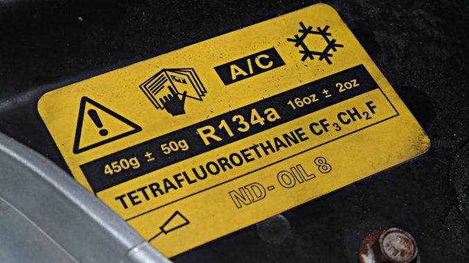 Warnhinweis zum Klimaanlagen-Kältemittel im Motorraum eines MG ZT-T.