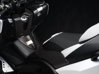 Studioaufnahme einer silbernen Yamaha TMax XP530