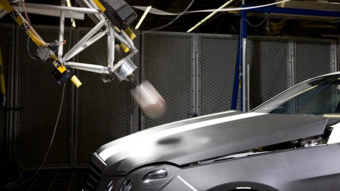 Fußgängerschutz in der E-Klasse: Beim Zusammenstoß wird die Motorhaube blitzschnell um 50 Millimeter angehoben