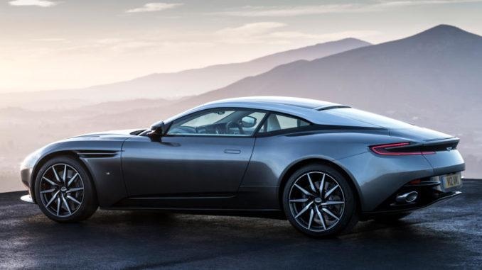 Aston Martin DB11 vor einem Bergpanorama.