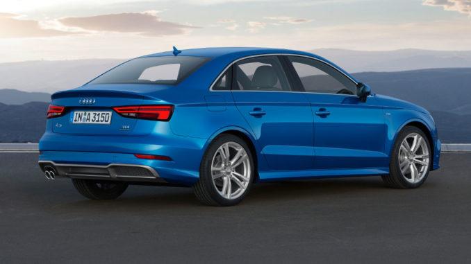 Eine blaue Audi A3 Limousine steht 2016 auf einem Parkplatz mit Bergpanorama.