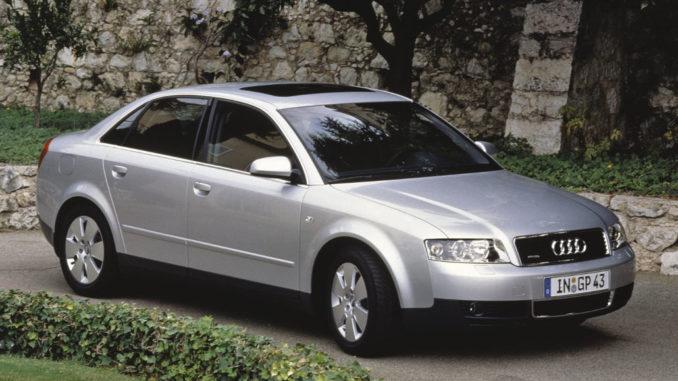 Ein silberner Audi A4 (B7) steht 2005 in einer Parkanlage.