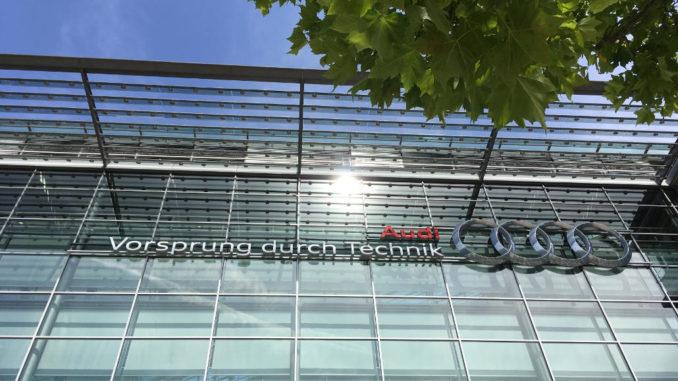 AUDI AG Stammsitz Ingolstadt, Glasfassade mit dem Slogan Vorsprung durch Technik.