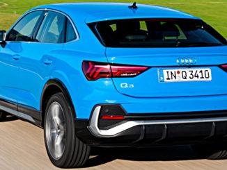 Ein blauer Audi Q3 Sportback fährt 2019 durch Voralpenland.