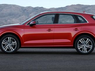 Die zweite Generation des Audi Q5 (interne Typbezeichnung FY) steht 2016 auf einer Asphaltfläche vor einer Gebirgskette.