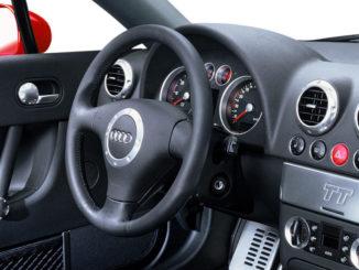 Schwarzes Cockpit eines Audi TT von 1998