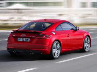 Audi TT Coupé Fahraufnahme durch Häuserschluchten, Farbe: Tangorot