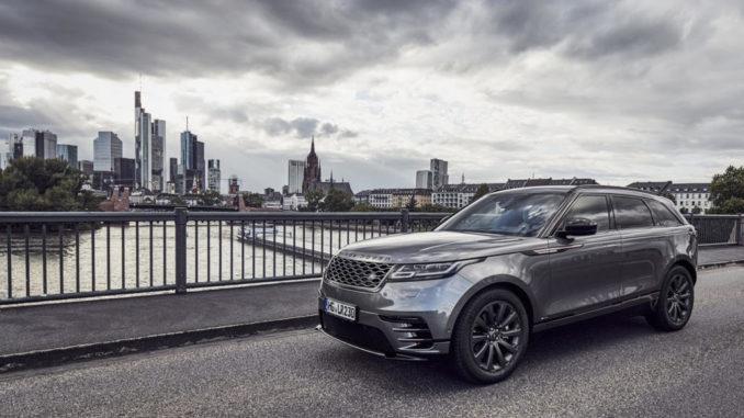 Ein grauer Range Rover Velar steht auf einer Brücke in Frankfurt/Main.