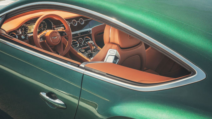 Blick ins Cockpit eines grünen Bentley Continental GT von 2018.
