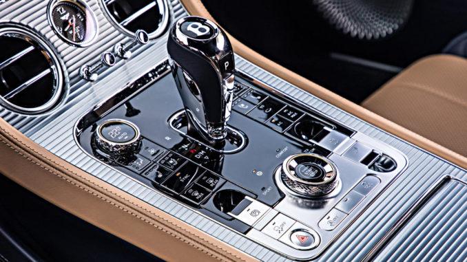 Nahaufnahme der Mittelkonsole eines Bentley Continental GT, Baujahr 2018.