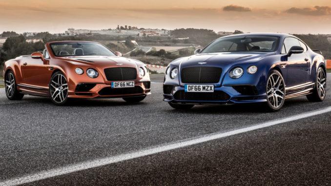 Ein rostroter Bentley Continental Supersports Convertible und ein blauer Bentley Continental Supersports Coupé stehen auf einer Rennstrecke.