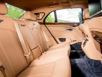 Rückbank eines Bentley Mulsanne mit fünf Sitzen.