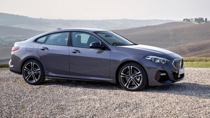 Ein grauer BMW 2er Gran Coupe steht 2019 vor einer Hügellandschaft auf einem Kiesbett.