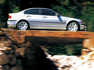 Eine silberne BMW 3er Limousine E46, mit Allradantrieb fährt über eine Brücke auf einer Passstraße(09/2015)