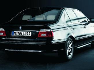 """Studioaufnahme eines schwarzen BMW 5er, Sondermodell """"Highline-Exclusive"""" (12/2002), E39"""