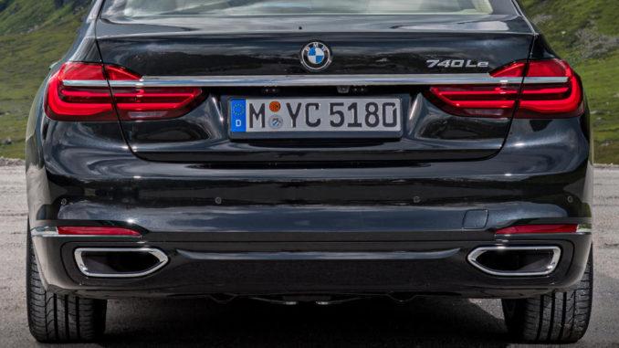 Blauer BMW 740Le xDrive iPerformance (07/2016) vor Bergpanorama
