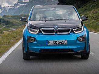 Ein blauer BMW i3 fährt 2016 auf einer Bergstraße.