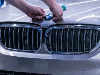 BMW Group Werk Dingolfing; Technologie Montage; Anbringen BMW Logo (10/2016)