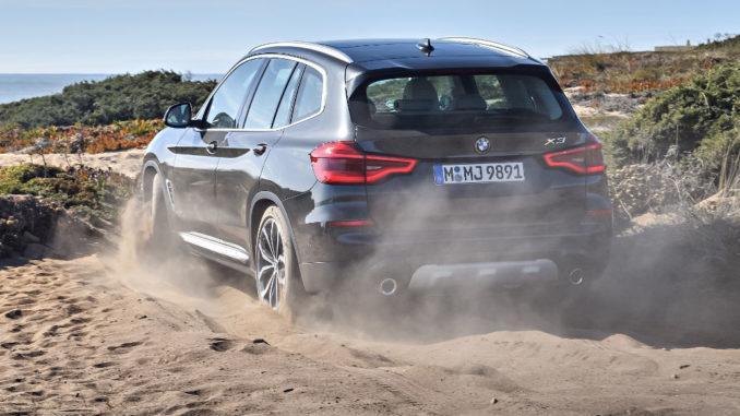 Ein BMW X3 XDrive30d, Sophistograu Brillanteffekt metallic (10/2017) fährt über eine Stranddüne durch den Sand.