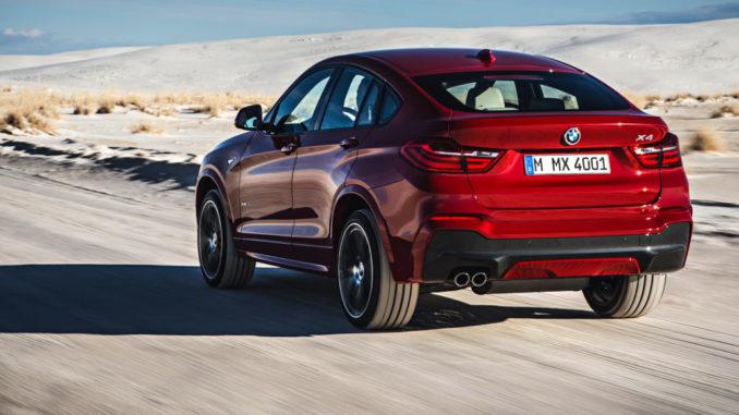 Der neue BMW X4 mit M Sport Paket - Melbourne Rot metallic (02/14) fährt durch eine Wüstenlandschaft.