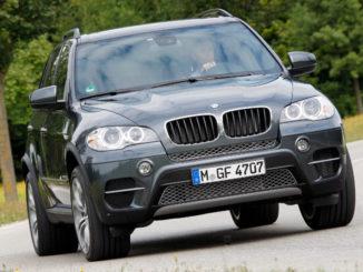 Am 16.08.2011 fährt en blauer BMW X5 30d auf einer Landstraße E70 LCI Exterior