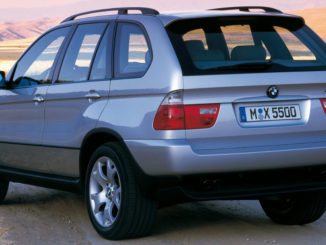 BMW X5 Modelljahr 2001 (10/2010) in silber steht auf einem Feldweg.