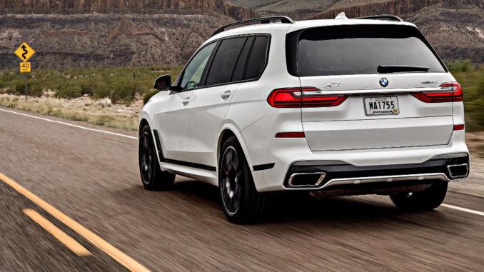 Ein weißer BMW X7 xDrive50i (in Europa nicht verfügbar) fährt 2019 durch eine US-amerikanische Wüstenlandschaft.