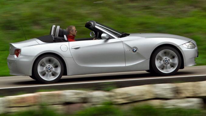 Ein silberner BMW Z4 (E85) fährt 2005 mit offenem Verdeck eine Passstraße nach oben.