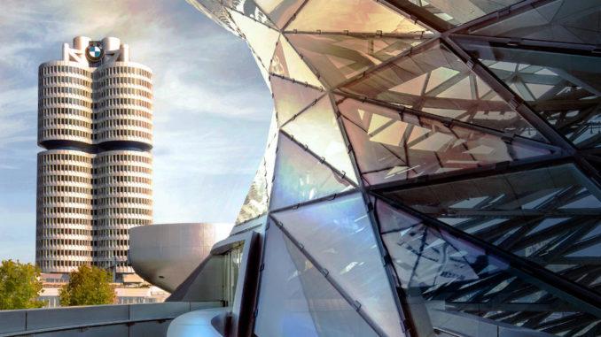 BMW-Konzernzentrale (Vierzylinder-Hochhaus) mit Museum im Vordergrund, aufgenommen 2016 von einem Balkon der der BMW-Welt in München.