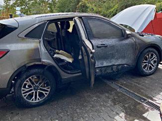 Ein von einem Feuer beschädigter Ford Kuga PHEV steht im August 2020 auf einem Hof in Wiesbaden.