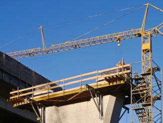 baustelle betonbau brückenpfeiler kran
