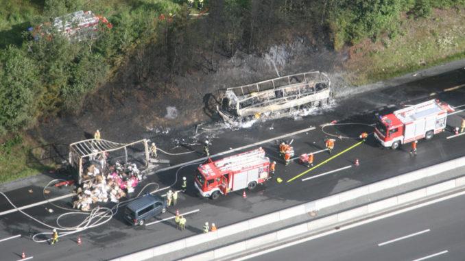 Luftaufnahme vom Unfallort des Busunglücks bei Münchberg am 3. Juli 2017.