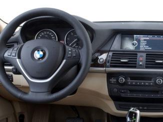 Cockpit des BMW X5 (E70), fotografiert im Februar 2010.
