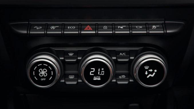 Interieur des Dacia Duster 2017, Wahlhebel und Klimaautomatik