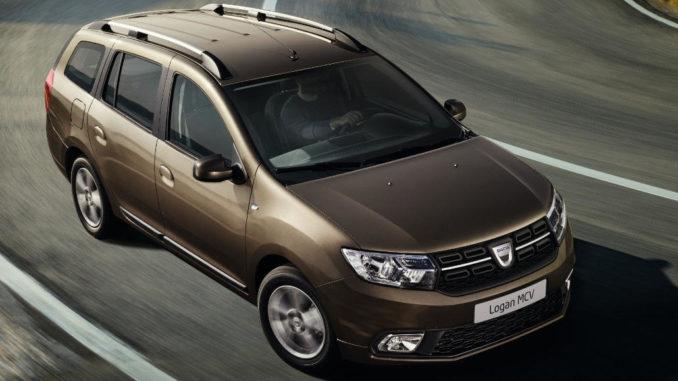Ein brauner Dacia Logan MCV fährt auf einer Passstraße um die Kurve.