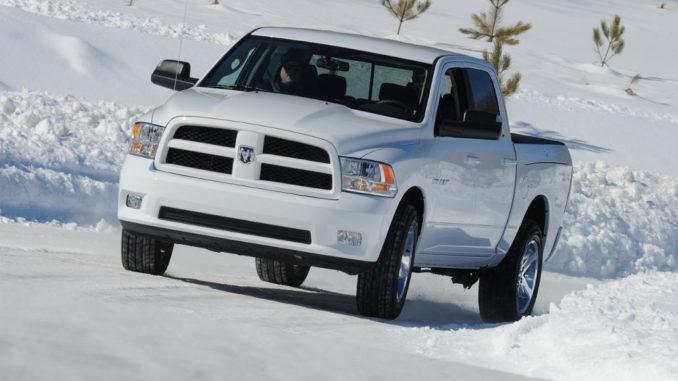 Ein weißer Dodge RAM 1500 fährt im Winter 2011 über eine verschneite Straße.