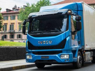 Ein blauer Iveco Eurocargo steht in einer italienischen Stadt am Straßenrand.