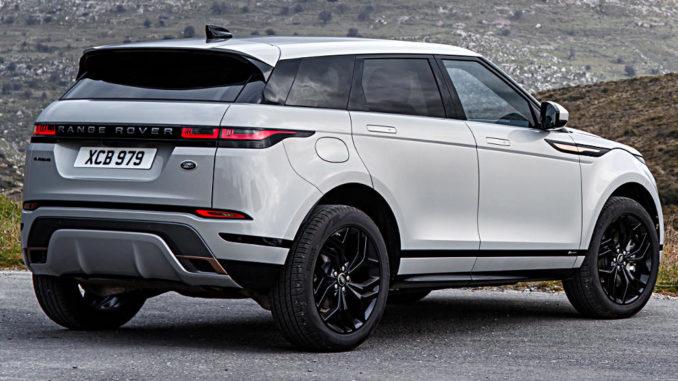 Ein silberner Range Rover Evoque der zweiten generation (L551) steht 2019 vor einer Bergkette.